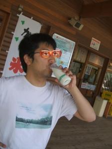 小岩井農場の牛乳を飲む