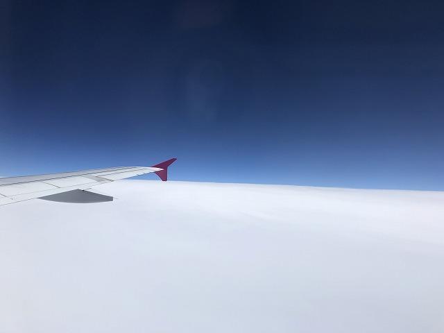 飛行機 雲の上の青空